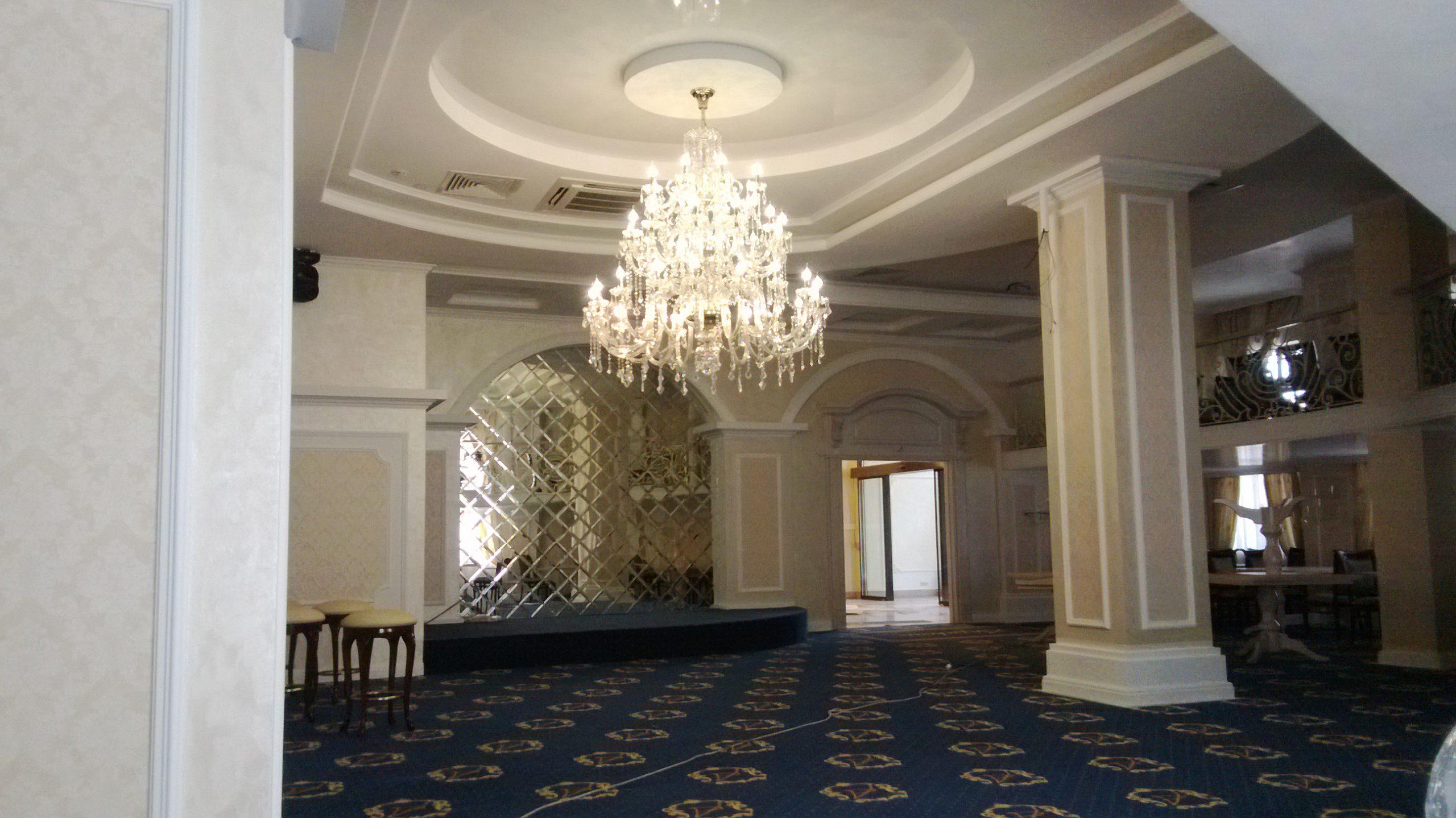 Ресторан «Апраксин» — многоуровневый потолок, возведение и отделка колон и стен, настил ковролина