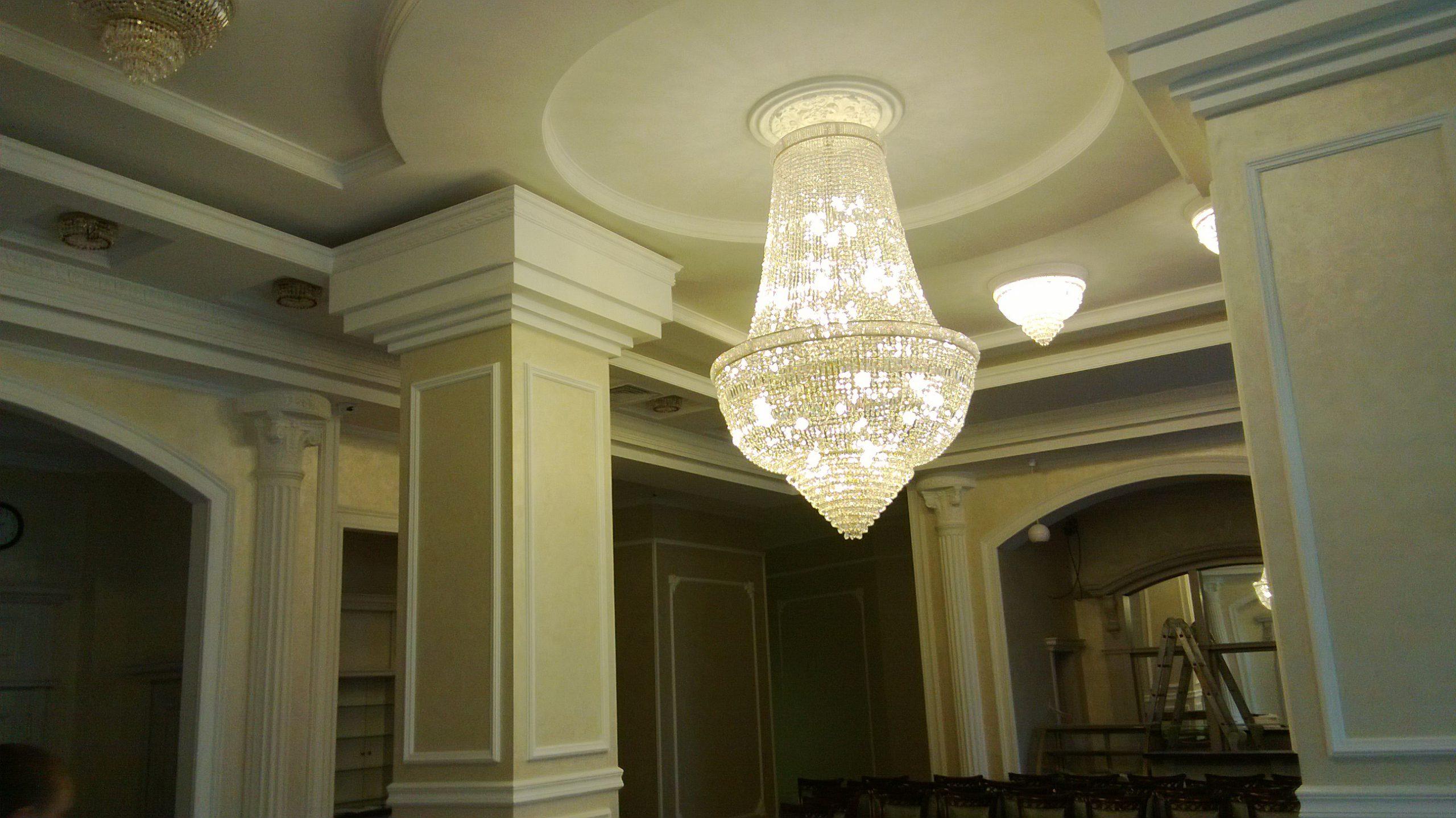 Отель «Дегаз» — многоуровневый потолок, возведение и отделка колонн и стен (конферец-зал)